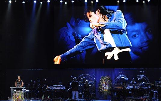 Atriz Queen Latifah faz homenagem ao cantor nesta terça (7). (Foto: Mark J. Terril/AP)