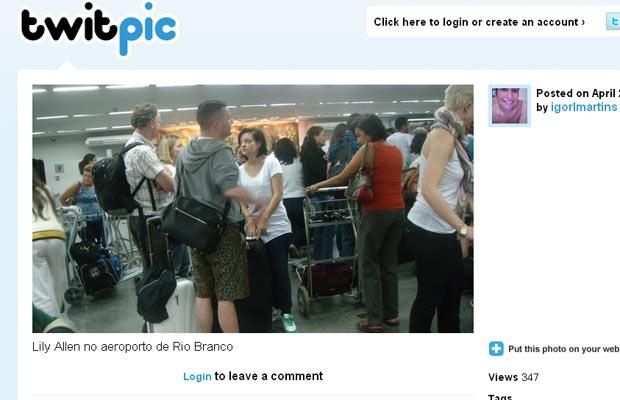 Lily Allen possivelmente em um aeroporto no Acre.