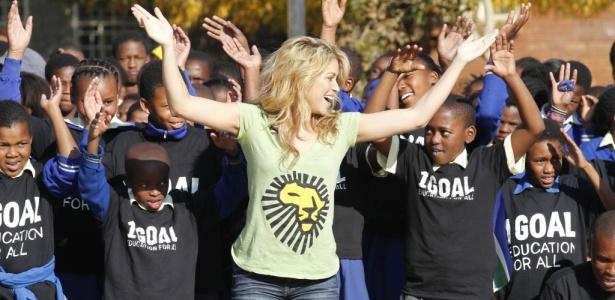 Shakira dança com crianças da escola primária Isu'lihle Senior em Soweto