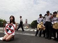 Lee Mi protestou no Palácio Presidencial, mas foi apreendida por policiais.