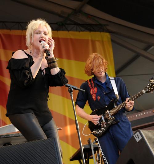 Cyndi Lauper aparece de surpresa em show do Arcade Fire