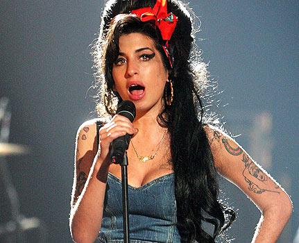 Vejam Amy Winehouse bêbada demais