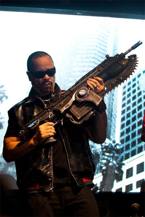 Ice-T posando com réplica da arma do jogo'Gears of War'