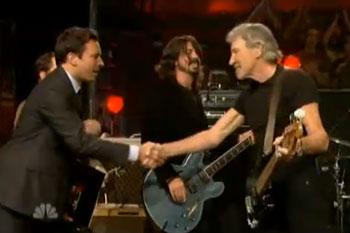 Em homenagem ao Pink Floyd, músicos interpretam single'In the Flesh'.