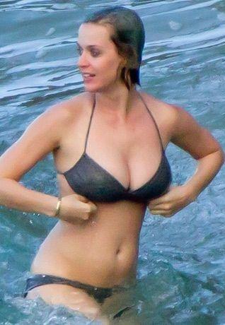 Katy Perry se diverte em águas havaianas
