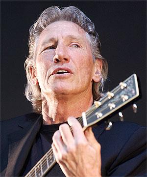 Waters apoia escola de músicos da Rocinha