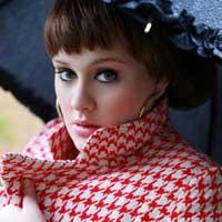 """Cantora britânica está com uma laringite e admitiu que """"fala muito""""."""