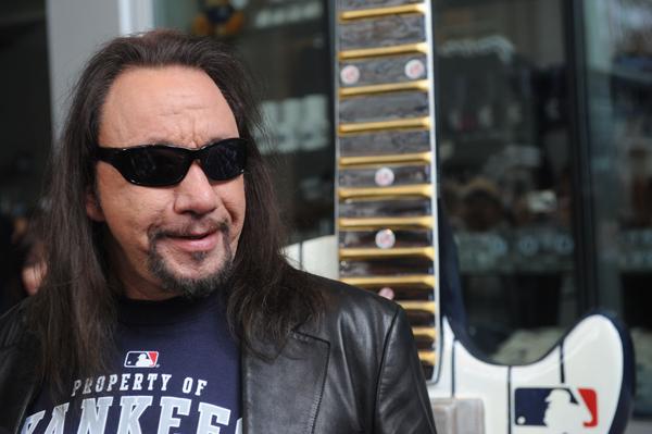Casa de ex-guitarrista do Kiss em Nova Iorque é tomada por incêndio
