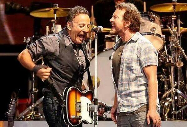 Springsteen divide microfone com Eddie Vedder durante performance (Getty Images)