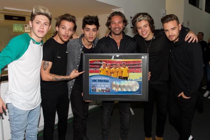 One Direction ganha placa comemorativa por 500 mil discos vendidos no Brasil