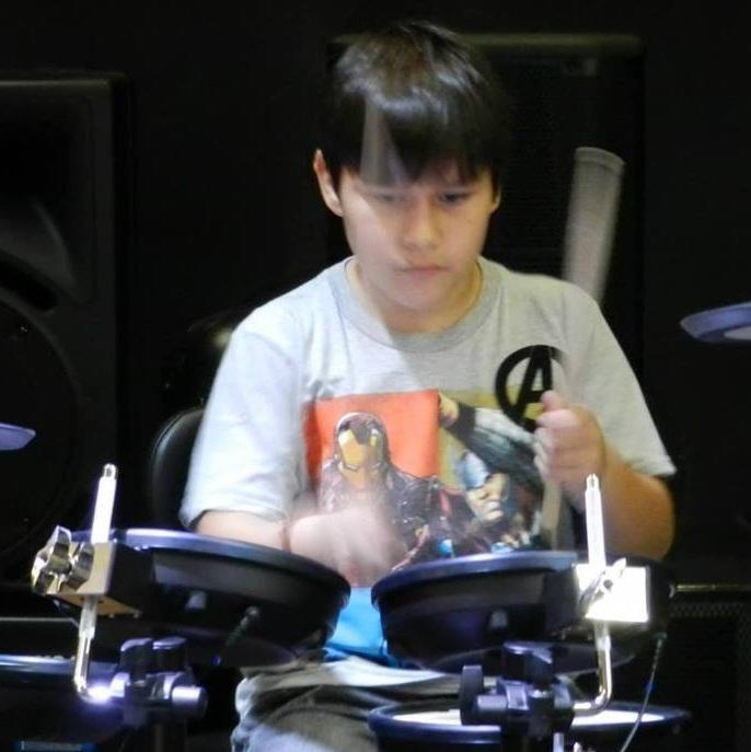 Garoto paranaense de 10 anos tem dia de rockstar em colégio (Reprod./Facebook)