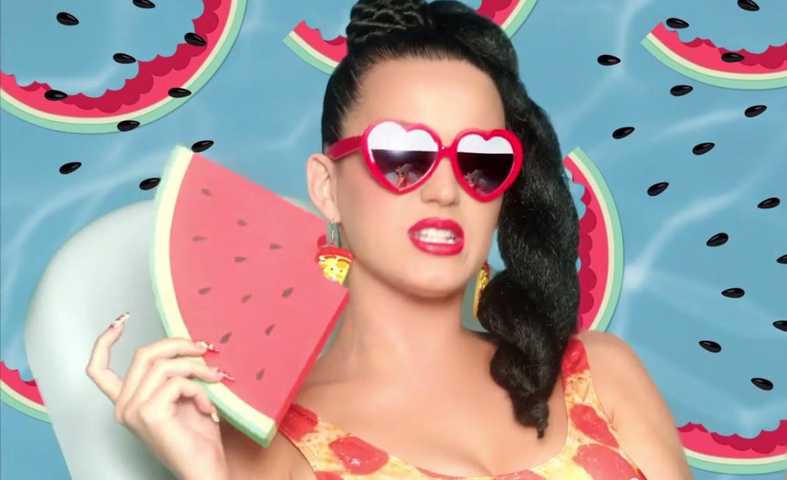 Katy Perry não poupou acidez ao falar de cantoras e da mídia (Reprod./YouTube)