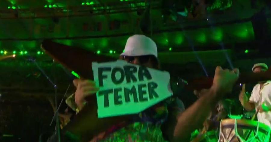 """Músico do Nação Zumbi exibe """"Fora Temer"""" em encerramento das Paralimpíadas"""