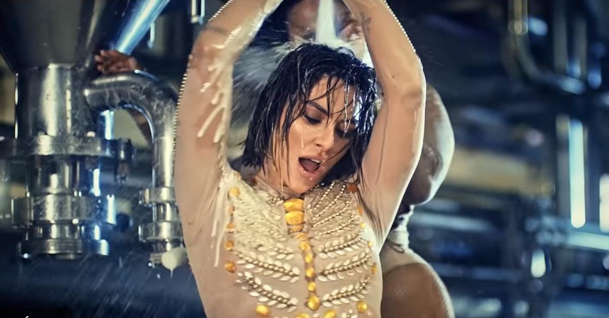 Em novo clipe sensual, Cleo inicia revolução feminina em fábrica de cerveja