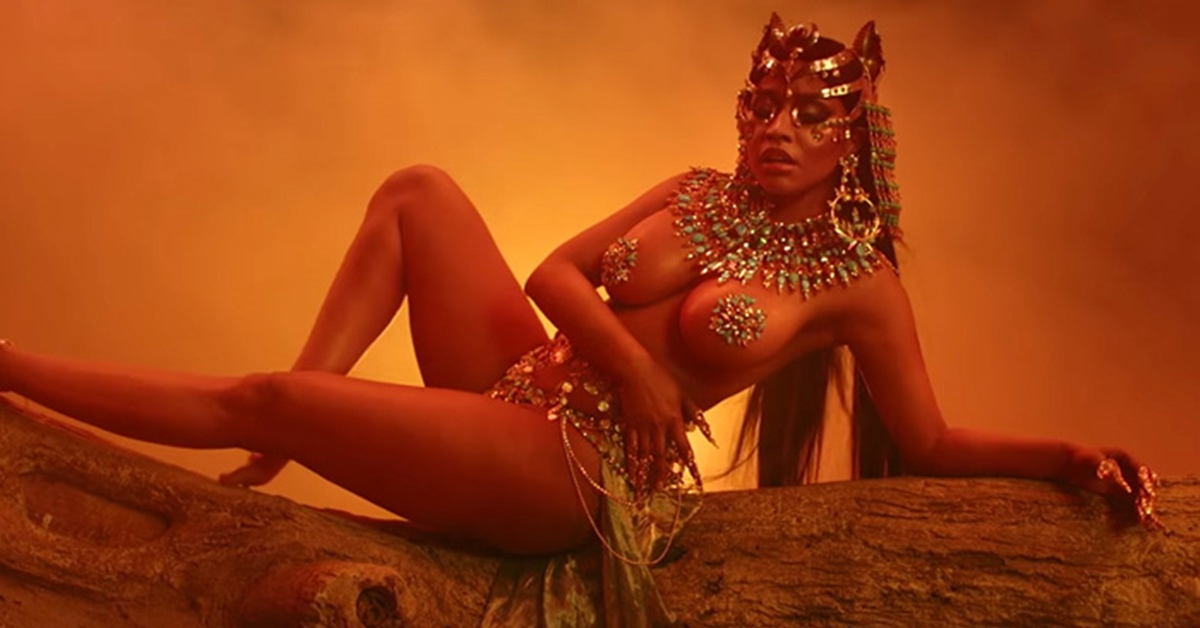 Após álbum surpresa, Nicki Minaj é uma rainha do deserto vingativa e sensual em novo clipe