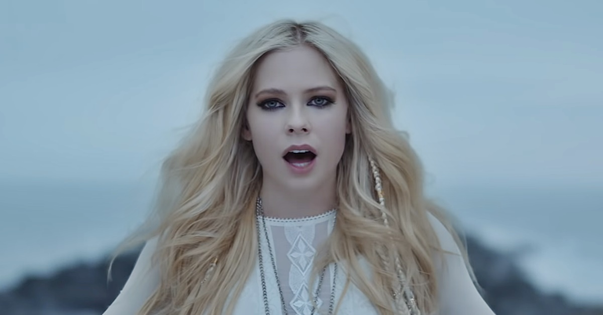 Nova música de Avril Lavigne é diferente de tudo que ela já gravou no passado