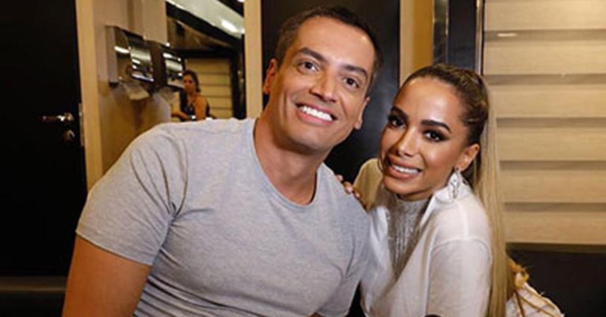 Leo Dias mostra capa da biografia de Anitta e conta que ela detestou