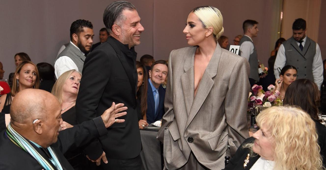 Lady Gaga confirma estar noiva durante discurso em evento