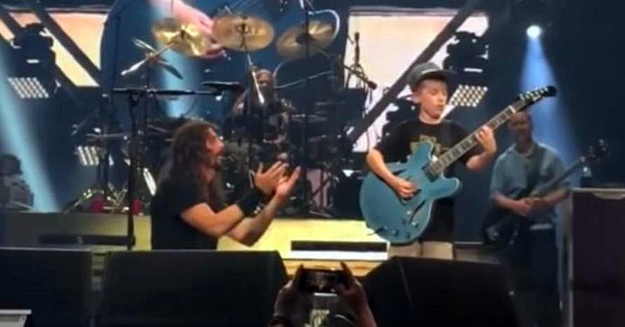 Dave Grohl chama fã de 10 anos para tocar em show do Foo Fighters; assista
