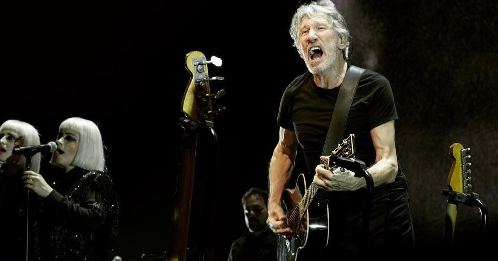 Roger Waters faz homenagem a Moa do Katendê em show em Salvador; assista