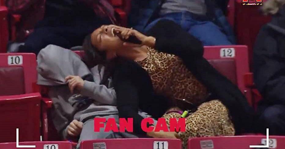 Mulher canta hit de Kelly Clarkson e envergonha filho em jogo de basquete; assista