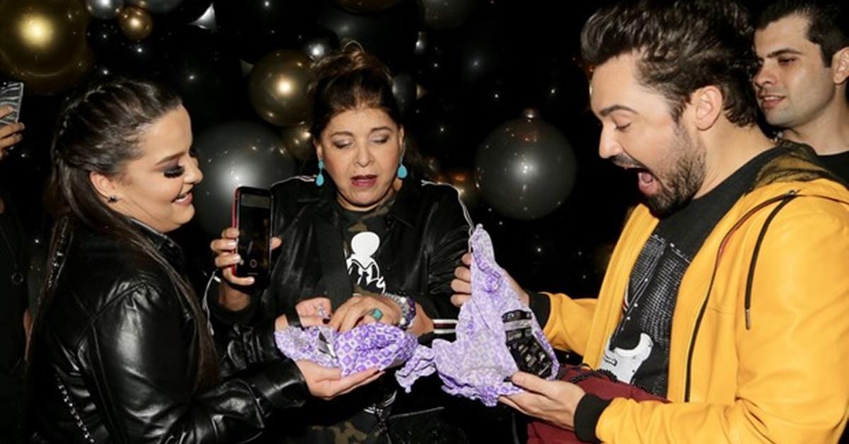 Aniversário: Roberta Miranda presenteia Fernando Zor e Maiara com camisinhas
