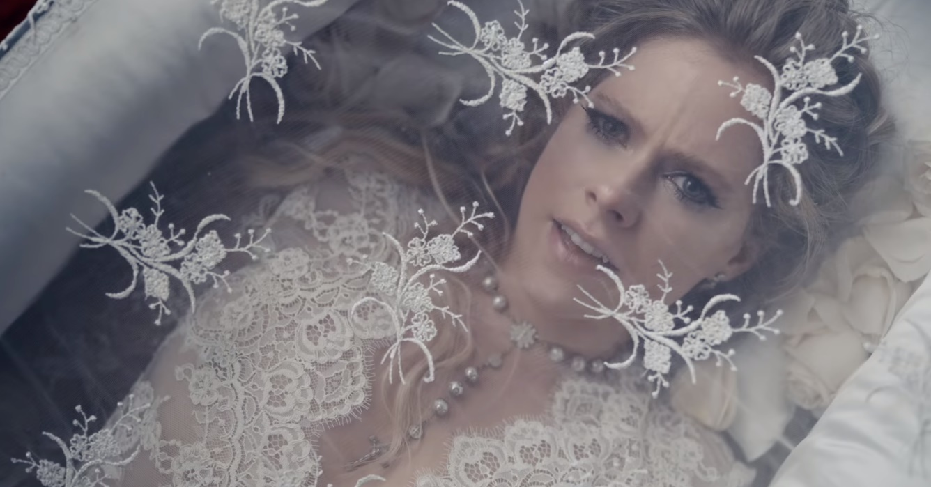 Avril Lavigne lança clipe polêmico para 'I Fell In Love With The Devil'; assista
