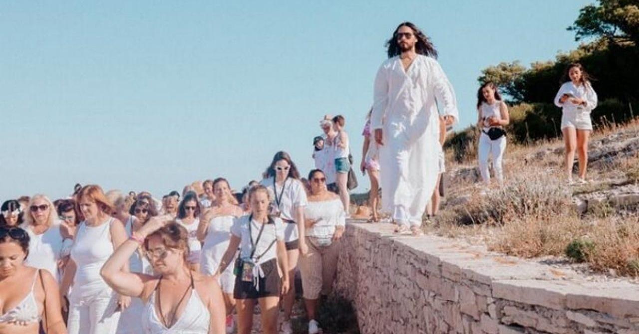 Jared Leto comanda festival de luxo que se parece com seita religiosa
