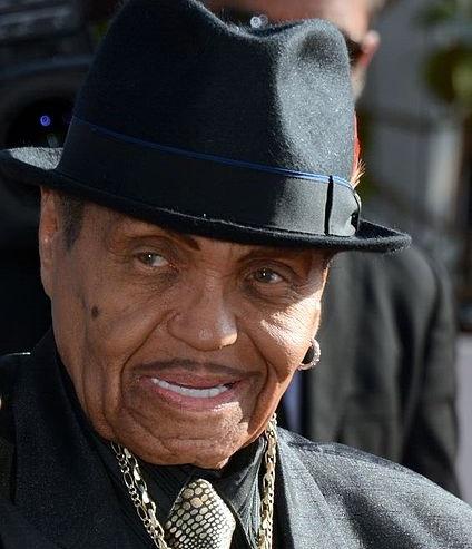 Pai de Michael Jackson sofre AVC em visita ao Brasil