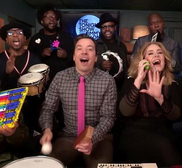 Adele e Jimmy Fallon foram acompanhados da banda The Roots (Reprodução/YouTube)