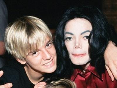 Aaron Carter e Michael Jackson, no início dos anos 2000 (Divulgação)