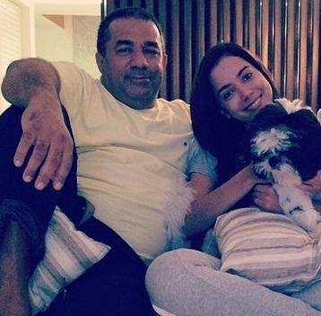 Anitta, ao lado do pai, em foto divulgada na internet (Reprodução/Instagram)