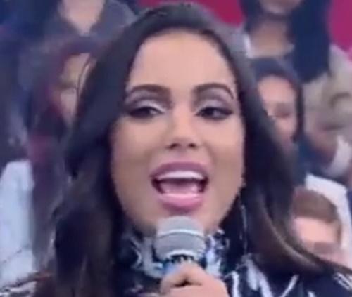 'Não é porque faço plástica que eu não me amo', diz Anitta em programa de TV