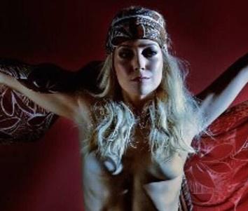 Luiza Possi faz topless em ensaio fotográfico para exposição