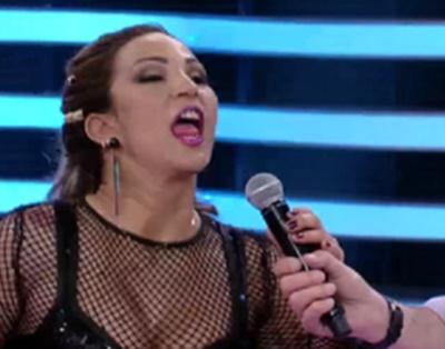 Valesca Popozuda tira microfone das mãos de Faustão durante programa