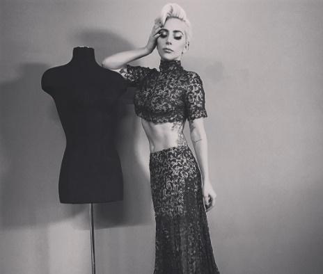Lady Gaga posta fotos de lingerie no Victoria's Secret Fashion Show
