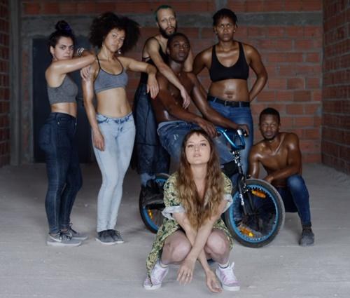 Cantora foi acusada de reproduzir estereótipos racistas no vídeo (Repr./YouTube)