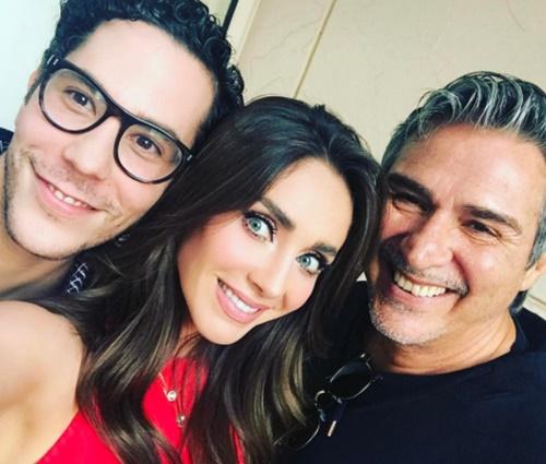 Atores e cantores têm se reunido com escritor Pedro Damián (Reprod./Instagram)