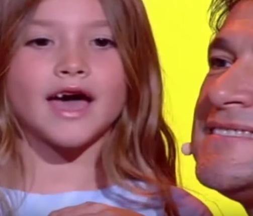 Lara, de 6 anos, cantou a música'Rolling in the Deep' (Reprodução/YouTube)