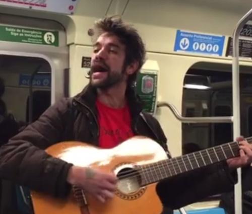 Radialista filmou Sander Mecca se apresentando com violão em metrô (Reprodução)