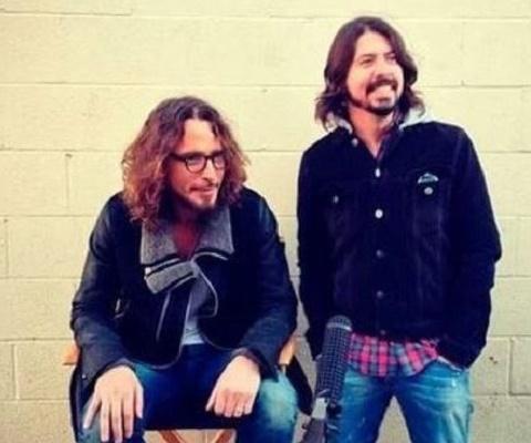 Dave Grohl chora ao relembrar Chris Cornell em entrevista
