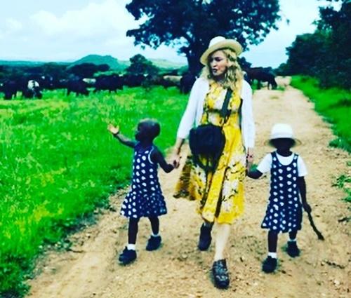 Madonna ao lado das filhas, Stelle e Estere (Reprodução/Instagram)