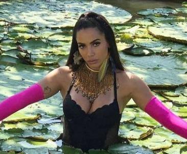 Anitta grava clipe na Amazônia: 'qual a chance de uma cobra picar meu...?'