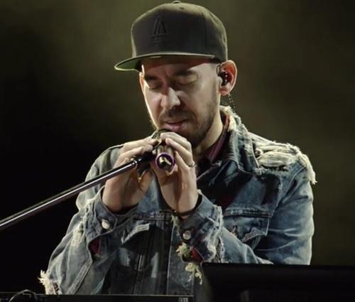 Mike Shinoda funcionou como uma espécie de'frontman' (Reprodução/YouTube)