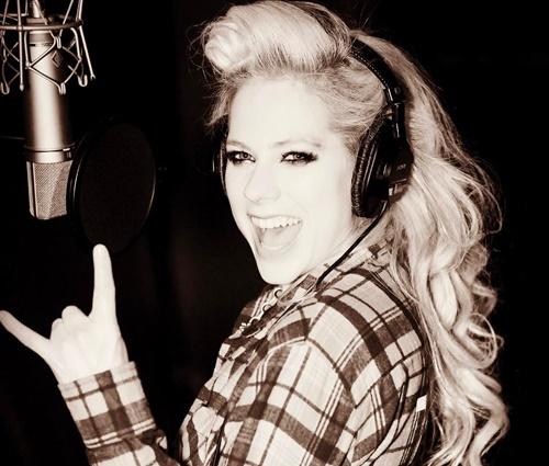 'Acho bobo que qualquer um acredite nisso', diz Avril (Reprodução/Instagram)