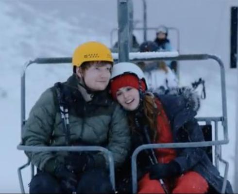 Sheeran contracena com a atriz Zoey Deutch (Reprodução/YouTube)