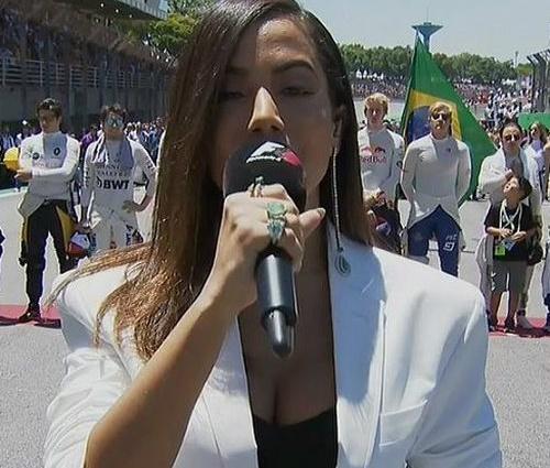 Cantora fez performance do Hino Nacional ao público de Interlagos (Reprodução)