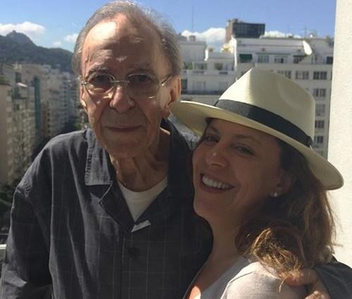 Uma das últimas fotos de João Gilberto data de 2015, junto da filha (Reprodução)