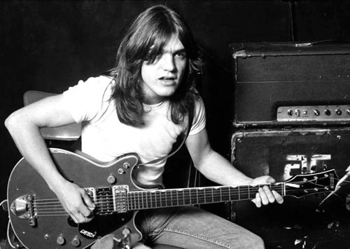 Young fundou e tocou com o AC/DC durante 40 anos (Reprodução/Facebook)