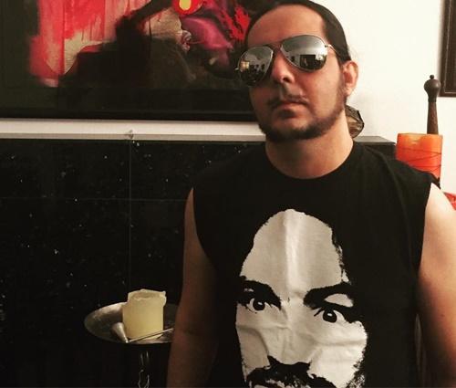 Músico chegou a posar com camiseta do assassino (Reprodução/Facebook)